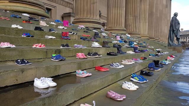 Sapatos espalhados por escadaria representam crianças que suicidaram