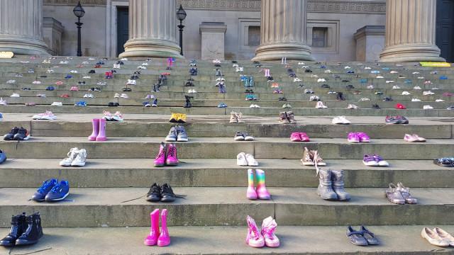 Liverpool: Um par de sapatos por cada criança que se suicidou em 2017