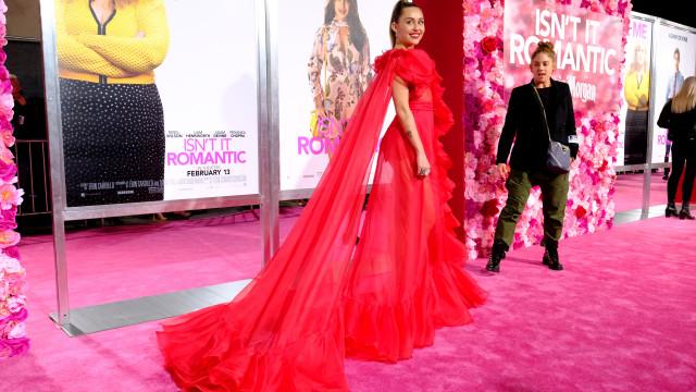 Miley Cyrus deslumbra com look vermelho e transparente
