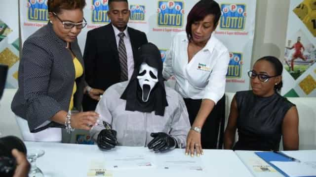 Vencedor de lotaria reclama prémio com máscara para não ser reconhecido