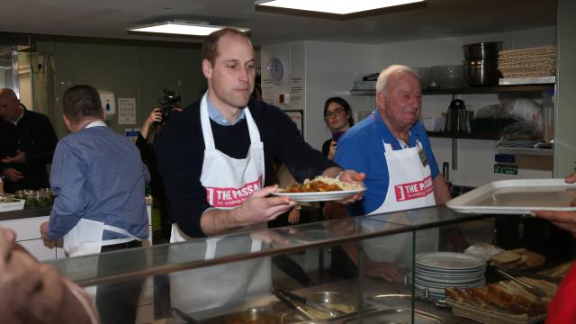 William regressa a associação que visitou com a mãe, princesa Diana