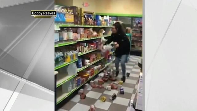 Mulher destrói corredor de supermercado. Depois vai pagar as Pringles