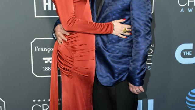 Johnny Galecki pede mão da namorada 21 anos mais nova ao pai da mesma