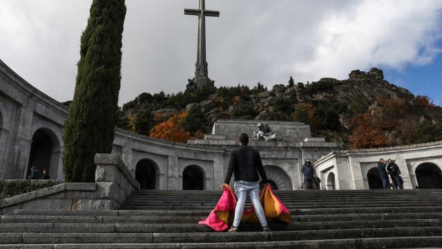 Governo vai decidir para onde exumar Franco se a família não o fizer