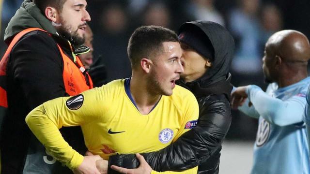 Adepto invadiu relvado para abraçar Hazard e Chelsea vai ser penalizado