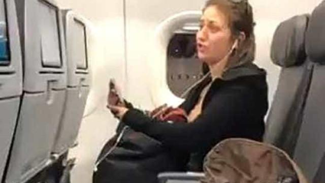 Mulher expulsa de voo depois de bater e cuspir em passageiros
