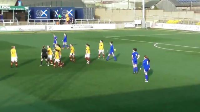 Árbitra acaba com o jogo antes do golo do empate entrar na baliza