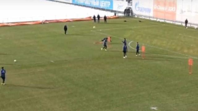 Tente não rir: Jogador do Zenit derrubado por boneco