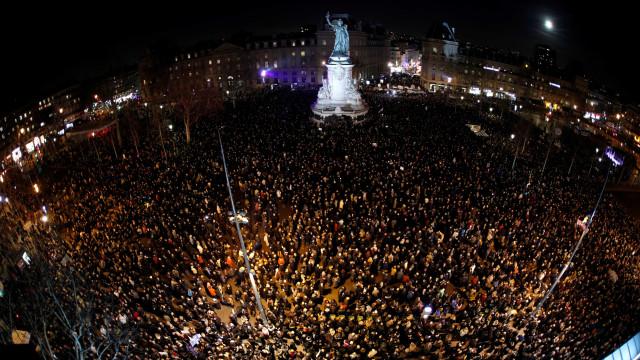 """Mais de 20 mil em Paris dizem """"chega"""" ao antissemitismo em França"""