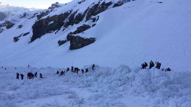 Suspensas buscas em estância suíça após avalanche que provocou um morto