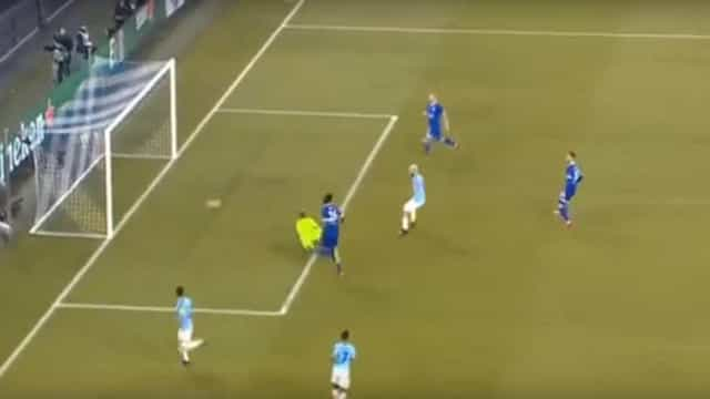 Aguero aproveitou erro imperdoável do Schalke para estoirar a baliza