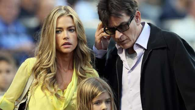 Denise Richards recorda casamento conturbado com Charlie Cheen