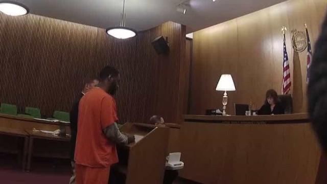 Homem ataca o próprio advogado em tribunal após receber pena pesada