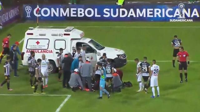 Arrepiante: Jogador perdeu os sentidos após choque de cabeça