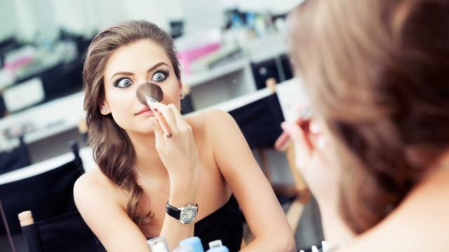 Já se desmaquilhou? Cinco maus hábitos que estão a arruinar a sua pele