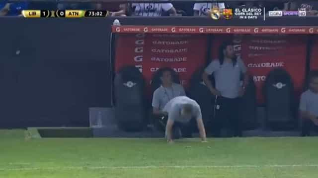 Minuto surreal: Falhou guarda-redes, falhou avançado... e caiu treinador