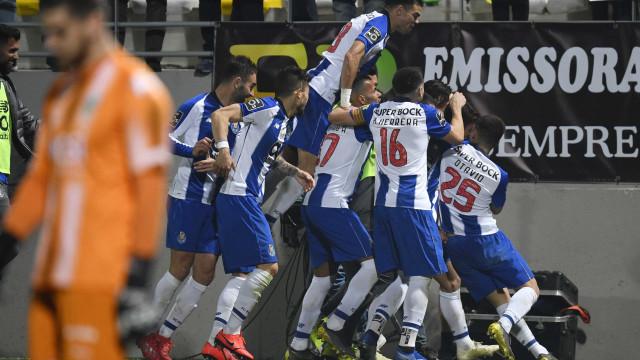 Quem precisa de avançados? FC Porto goleia Tondela e segue líder