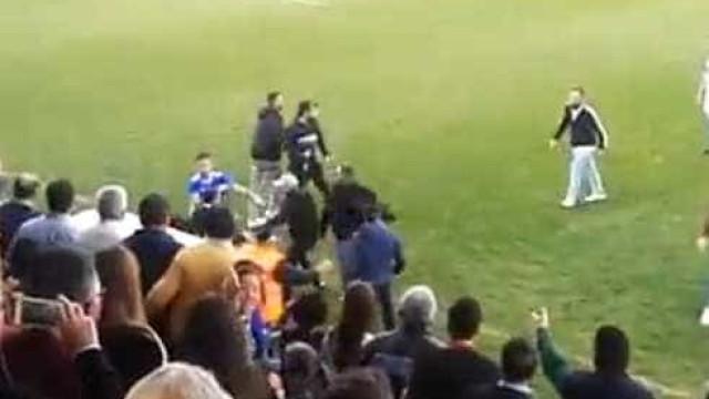 Caos em Espanha: Adeptos agridem jogadores em pleno relvado