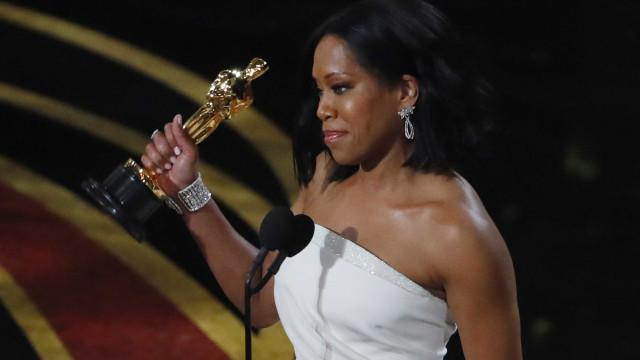 Primeiro Óscar da noite para Regina King como melhor atriz secundária