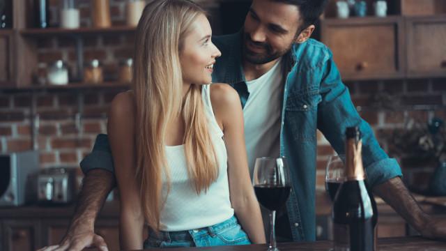 Saiba como pode colocar a rolha novamente na garrafa de vinho (é fácil)