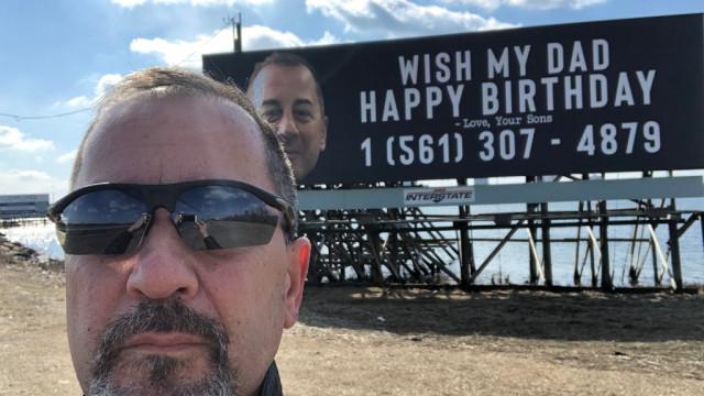 Filhos encomendaram cartaz a pedir os parabéns para o pai, mas...