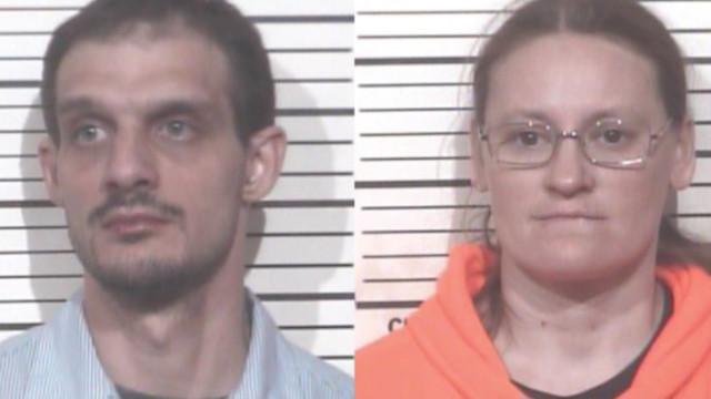 Pais detidos por abuso infantil após denúncia de empregada de restaurante