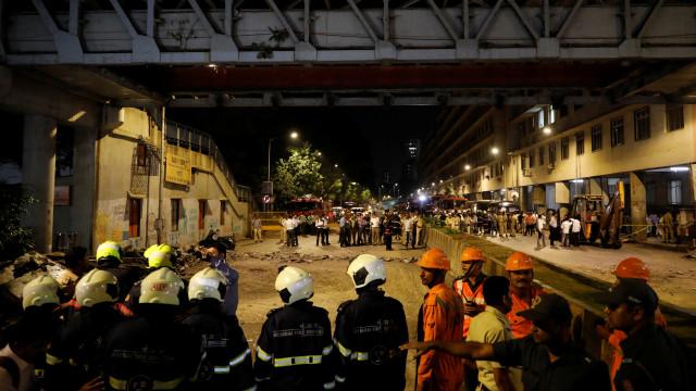 Cinco mortos e 36 feridos após colapso de ponte pedonal em Bombaim