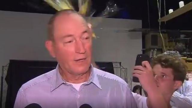 Rapaz que atirou ovo a político doa dinheiro a vítimas de Christchurch