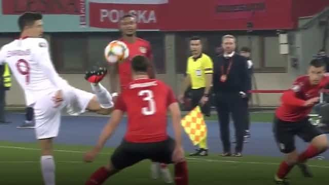 Os dois toques de Lewandowski que deixaram os austríacos baralhados