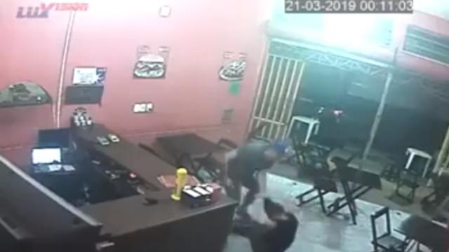 Polícia brasileiro de folga agride dona de restaurante por errar pedido