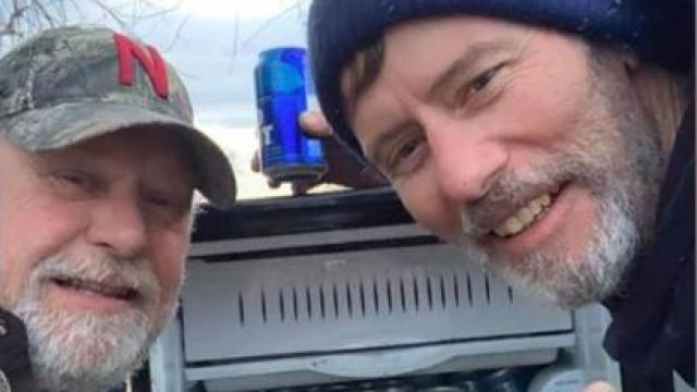 Dois homens encontram frigorífico cheio de cerveja durante cheias nos EUA