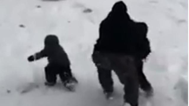 """""""Herói"""" faz 'acrobacia' e salva filhos de serem atingidos por trenó"""