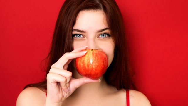 Dos morangos à maçã. Descubra sete frutas que ajudam a perder peso