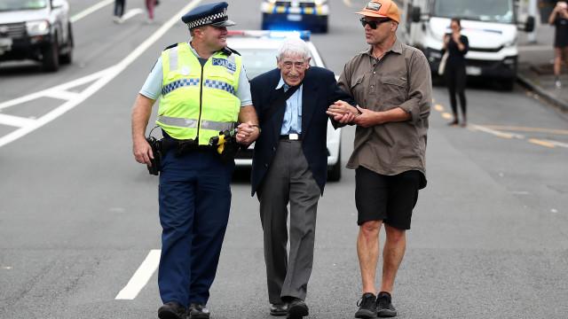 Aos 95 anos, apanhou quatro autocarros para ir a marcha contra o racismo