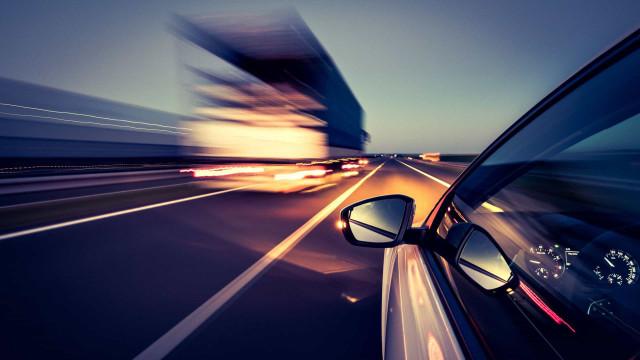 Sabia que atirar objetos pela janela do carro dá multa?