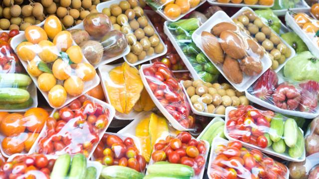 Aprovado na generalidade o fim dos plásticos no pão, fruta e legumes