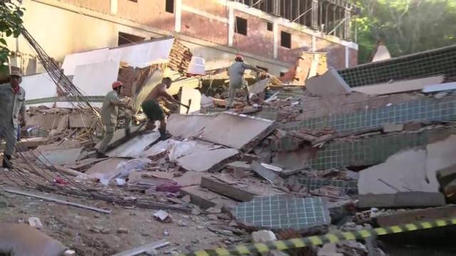 Corpos de duas crianças retirados de escombros de desabamento no Brasil