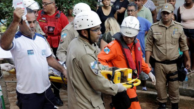 Brasil. Menino retirado dos escombros após cinco horas de resgate