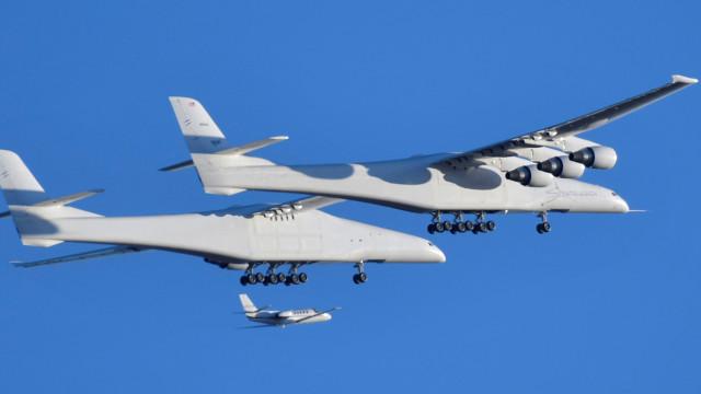 O maior avião do mundo levantou hoje voo pela primeira vez