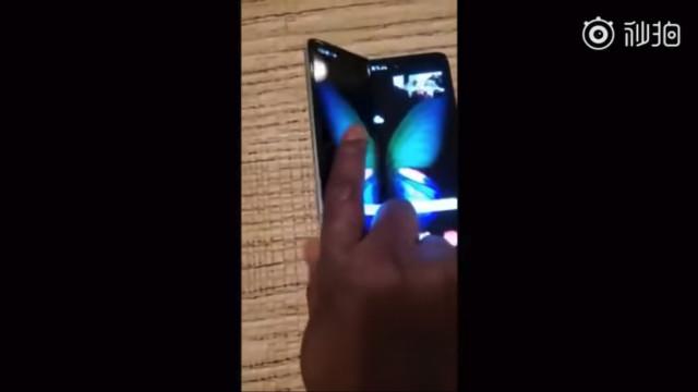 Vídeo mostra como é usar o smartphone dobrável da Samsung