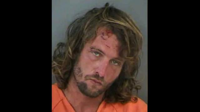 Detido por estar bêbado na rua, aos gritos e a comer massa com as mãos