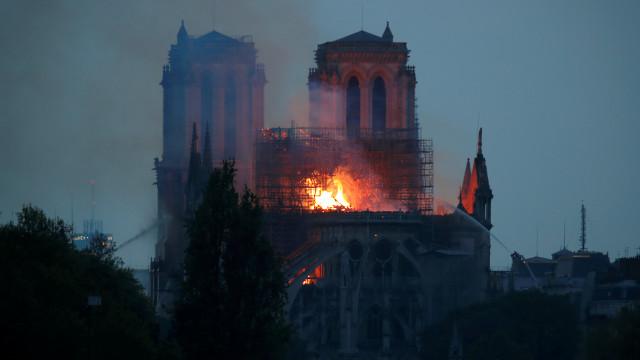 Teto de Notre-Dame derreteu e níveis de chumbo são altos. Zonas fechadas