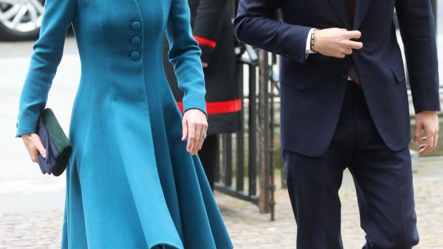 Prestes a ser pai, príncipe Harry faz aparição surpresa