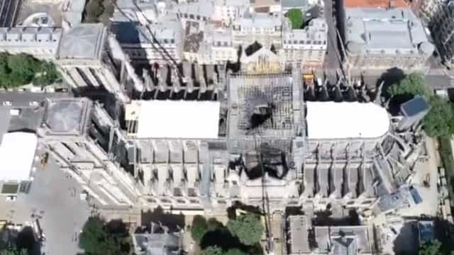 Imagens de drone mostram lonas que vão proteger Notre-Dame da chuva
