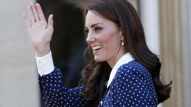 Kate Middleton em bom com vestido estilo polka