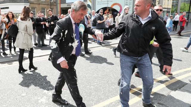 Europeias. Britânico atira batido contra Nigel Farage em Newcastle