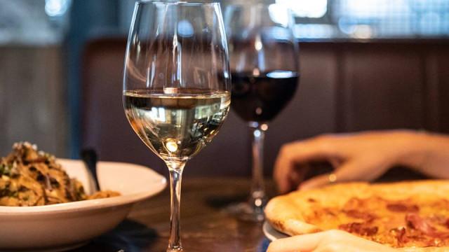 Jamie's italian convida-o para uma refeição com o melhor vinho italiano