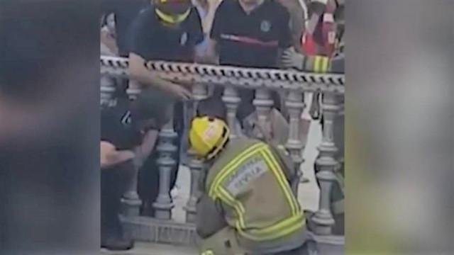 Bombeiros resgatam criança com cabeça presa entre pilares em Sevilha