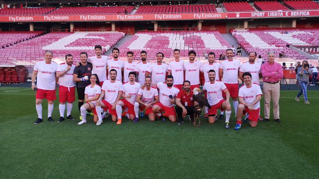 Benfica reúne famosos dentro de campo para jogo no Estádio da Luz