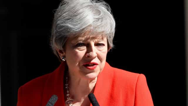 Em lágrimas, Theresa May anuncia demissão. Deixará cargo a 7 de junho